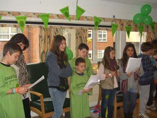 A group of children aged 7 to 12 from Hendon Reform Synagogue, accompanied by a number of adults, visited Rela Goldhill Lodge Jewish Care home. They entertained the residents by singing, dancing and playing music.